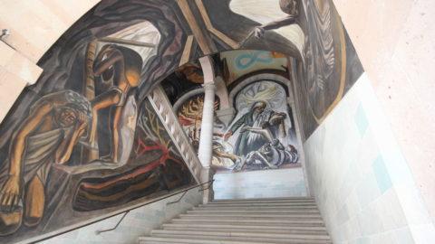 El Maestro José Chávez Morado pintó en bóvedas y muros de las escalinatas del edificio los murales