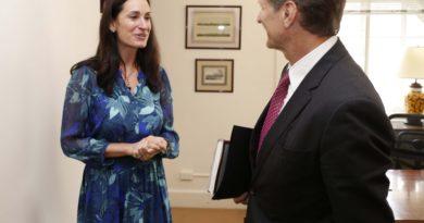 Shanon Oneil y el titular de la Secretaría de Turismo