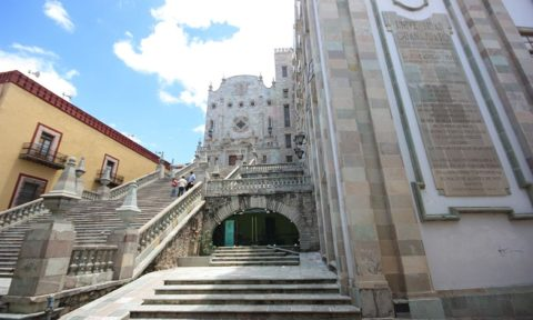Escalinata de la Universidad de Guanajuato.